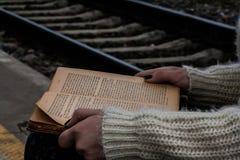 Voyage avec le livre Photo stock