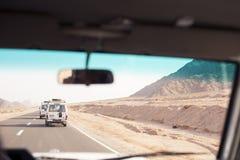 Voyage avec Toyota 4x4 dans le désert Image libre de droits