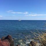 Voyage bleu en pierre de vacances de Santorini de plage Images stock