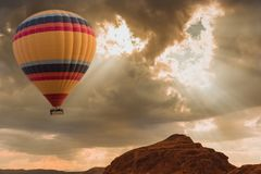 Voyage chaud de ballon à air au-dessus de désert photographie stock