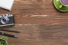 Voyage, concept de vacances Appareil-photo et approvisionnements sur la table en bois de bureau de bureau Vue supérieure avec l'e Images libres de droits