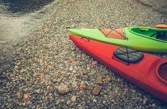 Voyage d'été avec des kayaks photographie stock libre de droits