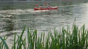 Voyage d'été sur la rivière en le canoë banque de vidéos