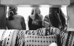 Voyage d'amis sur le voyage par la route ensemble Photos stock