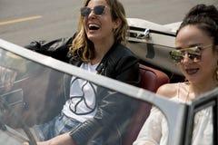 Voyage d'amis sur le voyage par la route ensemble Photo libre de droits