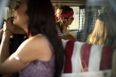Voyage d'amis sur le voyage par la route ensemble Photo stock