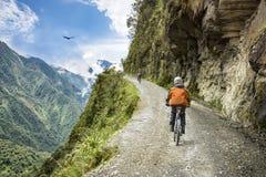 Voyage d'aventure faisant du vélo en descendant la route de la mort Photos libres de droits