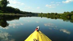 Voyage dans le kayak sur la rivière pittoresque banque de vidéos