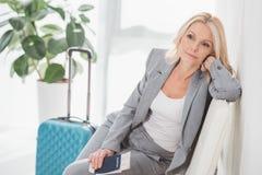 Voyage de attente de femme d'affaires fatiguée Photos stock
