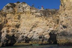 Voyage de bateau autour des cavernes et des grottes dans l'Algarve Photo libre de droits