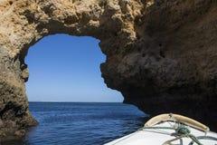 Voyage de bateau aux cavernes et aux grottes dans l'Algarve Image stock
