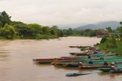Voyage de bateau dans le vangvieng Laos images libres de droits