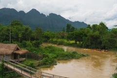 Voyage de bateau de kayak en rivière au vangvieng Laos photographie stock
