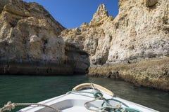 Voyage de bateau des cavernes et des grottes de l'Algarve Photo libre de droits