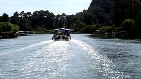 Voyage de bateau en tant qu'attraction touristique clips vidéos