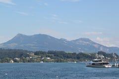 Voyage de bateau sur la luzerne de lac Image libre de droits