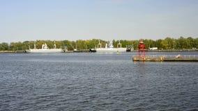 Voyage de bateau sur le canal de Piast à la lagune de Szczecin, Pologne banque de vidéos