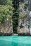 Voyage de bateau vers les îles tropicales Vue sur la belle petite plage sablonneuse abandonnée d'isolement entre les roches avec  Photos libres de droits