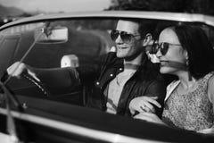 Voyage de couples sur le voyage par la route ensemble Images stock