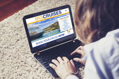 Voyage de croisière de réservation de femme par l'Internet avec un ordinateur portable à la maison