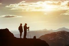 Voyage de dessus de montagne de photographes de couples Images libres de droits