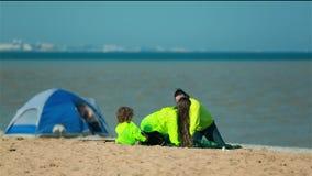 Voyage de famille à la plage avec une tente banque de vidéos