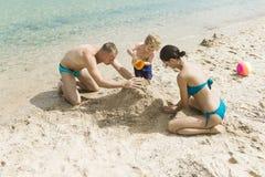 Voyage de famille avec l'enfant le jour de mères ou de pères Amour et confiance comme valeurs familiales Vacances d'été de famill Photographie stock libre de droits
