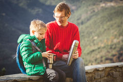 Voyage de famille - engendrez avec le fils trimardant en montagnes Photos stock