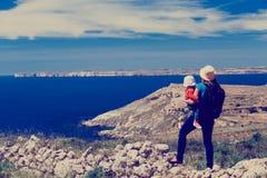 Voyage de famille - mère avec la petite fille regardant des montagnes Photo libre de droits
