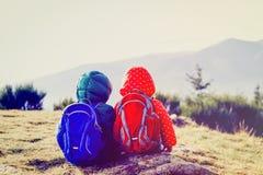 Voyage de famille - petit garçon et fille trimardant en montagnes Photos stock