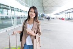 Voyage de femme avec le bagage et le téléphone portable à l'aéroport Photographie stock libre de droits