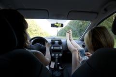 Voyage de filles en la voiture Images libres de droits