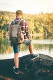 Voyage de garçon de touristes dans la nature Photos stock