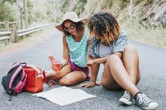 Voyage de jeunes filles avec la carte Images libres de droits