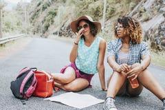 Voyage de jeunes filles avec la carte Photographie stock