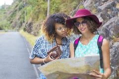 Voyage de jeunes filles avec la carte Photo libre de droits