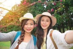 Voyage de la Corée prenant la photo avec des fleurs de cerisier Photographie stock libre de droits