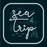 Voyage de mer Vacances de voyage d'été marquant avec des lettres le label, logo, fortravel tiré par la main d'ensemble d'éléments illustration stock