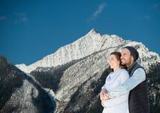 voyage de montagne, couple dans la montagne avec la neige Images stock