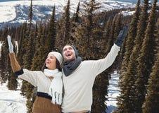voyage de montagne, couple dans la neige Photographie stock