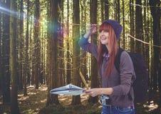 voyage de montagne, dans la forêt avec la carte Images libres de droits