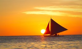 Voyage de navigation vers la mer au coucher du soleil Photo stock