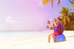 Voyage de petit garçon sur la plage tropicale d'été images stock