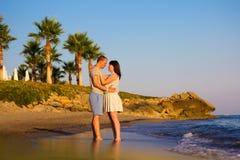 Voyage de plage - couplez la position sur la plage sablonneuse Photographie stock libre de droits