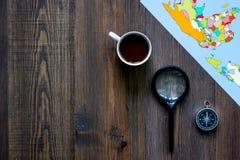 Voyage de planification Carte de carte du monde, de boussole et de banque sur le copyspace en bois de vue supérieure de fond de t Images stock