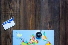 Voyage de planification Copyspace en bois de carte du monde et de vue supérieure de fond de table de boussole Photographie stock libre de droits
