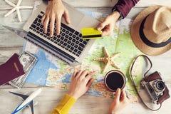 Voyage de planification de vacances de personnes avec la carte images libres de droits