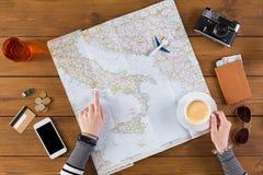 Voyage de planification de femme vers Rome, Italie image libre de droits