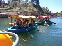 Voyage de réservoir du ` s de Guatape avec des amis sur un bateau Photo libre de droits