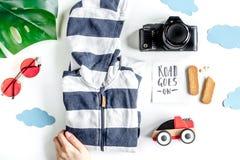 Voyage de rabotage avec l'enfant avec des vêtements et la vue supérieure de fond blanc d'appareil-photo images stock